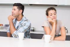 Olyckliga par som har kaffe som inte talar Royaltyfria Bilder