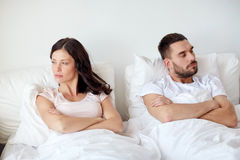 Olyckliga par som har konflikt i säng hemma Arkivfoton