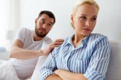 Olyckliga par som har konflikt i säng hemma Royaltyfria Bilder
