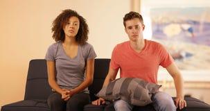 Olyckliga par som har terapi för förhållandeproblem Royaltyfri Fotografi