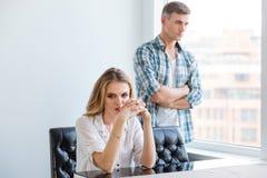 Olyckliga par som ignorerar sig efter argument Fotografering för Bildbyråer