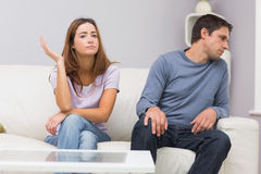 Olyckliga par som inte hemma talar efter argument Royaltyfri Fotografi