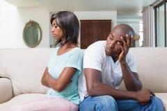 Olyckliga par som inte talar efter argument på soffan Royaltyfri Fotografi