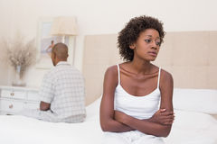 Olyckliga par som inte till varandra talar på säng Royaltyfri Foto