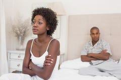 Olyckliga par som inte till varandra talar på säng Arkivbilder