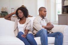 Olyckliga par som inte till varandra talar på soffan Royaltyfria Bilder