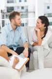 Olyckliga par som talar på terapiperioden Royaltyfria Bilder