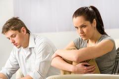Olyckliga par som tyst sitter efter argument Arkivbilder
