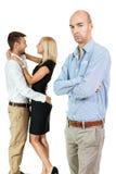 Olyckliga svartsjuka par för ung man bakom Royaltyfria Bilder