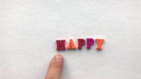 olyckligt färgade träbokstäver på ett vitt ark av papper