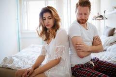 Olyckligt gift par på kant av impotens för skilsmässa tack vare royaltyfria bilder