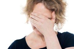 Olyckligt kvinnanederlag henne framsida med handen på den Royaltyfri Fotografi