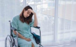 Olyckligt kvinnligt tålmodigt bekymmer om hennes medicinska avgift arkivfoton