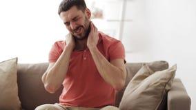 Olyckligt manlidande från hals smärtar hemma stock video