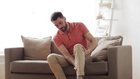 Olyckligt manlidande från smärtar i ben hemma lager videofilmer