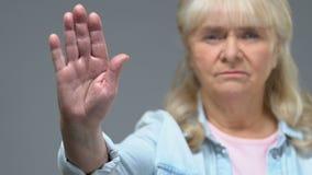 Olyckligt moget tecken för kvinnavisningstopp, varnande gest, negativ reaktion arkivfilmer