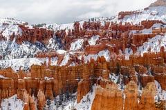 Olycksbringare och snö, kanjonvägg av Bryce Canyon National Park Arkivfoto