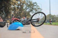 Olycksmotorcykelkrasch med cykeln på vägen arkivfoto
