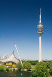 Olympia-Park, Kontrollturm und See Stockbilder