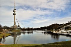 Olympiastadion, vista del lago munich dello stadio fotografia stock libera da diritti