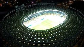 Olympic Stadium в Киеве, Украине, загоренной футуристической конструкции, взгляд сверху акции видеоматериалы