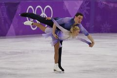 _olympisch kampioen Aljona Savchenko en Bruno Massot van Duitsland uit:voeren in de paar schaatsen vrij schaatsen bij de 2018 win stock fotografie