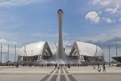 Olympische Fackel-Schüssel mit Gesangbrunnen und das Stadion Fischt in Sochi-Olympiapark Lizenzfreies Stockbild