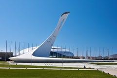 Olympische Fackel Spiele in Sochi 2014 und im großartigen Stadion Lizenzfreie Stockbilder