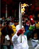Olympische Fackel-Stütze bewegt wellenartig, um sich zu drängen Stockbild