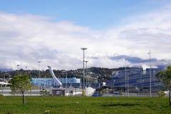 Olympische Feuer-Schüssel Sochis im Olympiapark ADLER, RUSSLAND Stockfotos