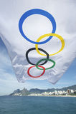 Olympische Flaggen flatternder Rio de Janeiro Brazil Lizenzfreies Stockfoto