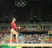 Olympische kampioen Aly Raisman van Verenigde Staten die op de evenwichtsbalk bij de globale gymnastiek van vrouwen in Rio 2016 c Stock Afbeelding