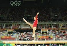 Olympische kampioen Aly Raisman van Verenigde Staten die op de evenwichtsbalk bij de globale gymnastiek van vrouwen in Rio 2016 c Royalty-vrije Stock Foto's