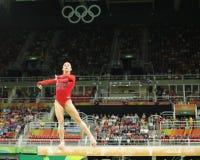 Olympische kampioen Aly Raisman van Verenigde Staten die op de evenwichtsbalk bij de globale gymnastiek van vrouwen in Rio 2016 c Stock Afbeeldingen