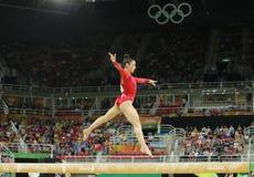 Olympische kampioen Aly Raisman van Verenigde Staten die op de evenwichtsbalk bij de globale gymnastiek van vrouwen in Rio 2016 c Royalty-vrije Stock Fotografie