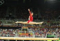 Olympische kampioen Aly Raisman van Verenigde Staten die op de evenwichtsbalk bij de globale gymnastiek van vrouwen in Rio 2016 c Royalty-vrije Stock Afbeelding