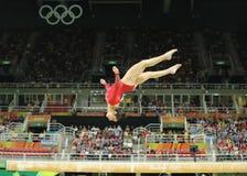 Olympische kampioen Aly Raisman van Verenigde Staten die op de evenwichtsbalk bij de globale gymnastiek van vrouwen in Rio 2016 c Royalty-vrije Stock Afbeeldingen