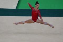 Olympische kampioen Aly Raisman van Verenigde Staten tijdens een artistieke de oefenings opleidingssessie van de gymnastiekvloer  Royalty-vrije Stock Afbeeldingen
