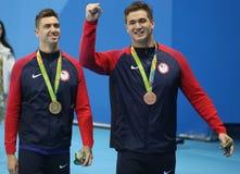 Olympische Kampioen Anthony Ervin L en bronsmedaillewinnaar Nathan Adrian van Verenigde Staten na Mensen` s 50m Vrij slag royalty-vrije stock afbeelding