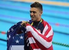 Olympische Kampioen Anthony Ervin van Verenigde Staten tijdens medailleceremonie na def. van het Mensen` s 50m Vrije slag van Rio stock fotografie