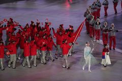 Olympische kampioen Dario Cologna die de vlag die van Zwitserland dragen het Zwitserse Olympische team leiden bij 2018 de Wintero royalty-vrije stock foto's
