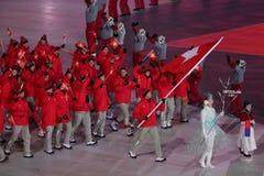 Olympische kampioen Dario Cologna die de vlag die van Zwitserland dragen het Zwitserse Olympische team leiden bij 2018 de Wintero stock fotografie