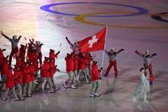 Olympische kampioen Dario Cologna die de vlag die van Zwitserland dragen het Zwitserse Olympische team leiden bij 2018 de Wintero royalty-vrije stock afbeeldingen