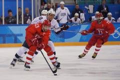 Olympische kampioen en kapitein Pavel Datsyuk van Team Olympic Athlete van Rusland in actie tegen Team de V.S. stock foto
