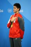 Olympische Kampioen Joseph Schooling van Singapore tijdens medailleceremonie na Mensen` s 100m vlinder van Rio 2016 Olympics Stock Afbeeldingen