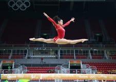 Olympische kampioen Laurie Hernandez van de praktijken van Verenigde Staten op de evenwichtsbalk vóór de globale gymnastiek van v royalty-vrije stock afbeeldingen