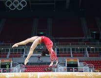 Olympische kampioen Laurie Hernandez van de praktijken van Verenigde Staten op de evenwichtsbalk vóór vrouwen` s globale gymnasti royalty-vrije stock afbeeldingen