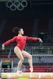 Olympische kampioen Laurie Hernandez van de praktijken van Verenigde Staten op de evenwichtsbalk vóór vrouwen` s globale gymnasti Stock Foto's