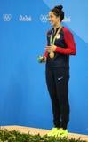 Olympische Kampioen Madeline Dirado van Verenigde Staten tijdens medailleceremonie na Vrouwen` s 200m Rugslag van Rio 2016 Olympi Stock Foto's