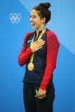 Olympische Kampioen Madeline Dirado van Verenigde Staten tijdens medailleceremonie na Vrouwen` s 200m Rugslag van Rio 2016 Olympi Stock Foto